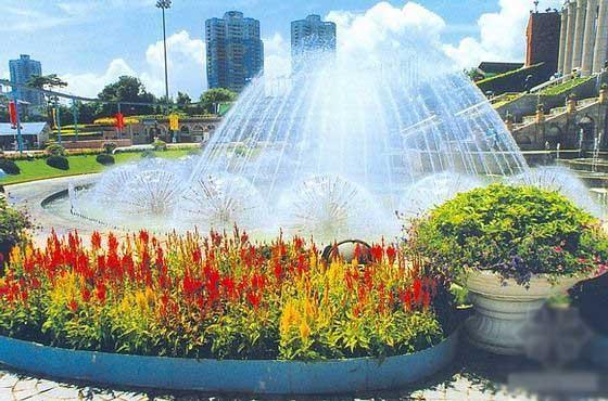 园林景观设计中喷泉的运用  关键词:园林设计,喷泉,绿化,景观设计,园林公司,园林设计公司,景观公司 喷泉是一种将水或其他液体经过一定压力通过喷头喷洒出来具有特定形状的组合体,提供水压的一般为水泵,经过多年的发展,现在已经逐步发展为几大类:音乐喷泉;程控喷泉;音乐+程控喷泉;激光水幕电影;趣味喷泉等,加上特定的灯光、控制系统,起到净化空气,美化环境的作用,喷泉原是一种自然景观,是承压水的地面露头。